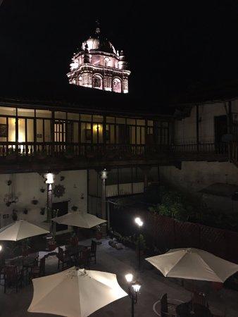 Unaytambo Hotel: Pátio central à noite.