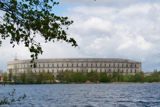 Dokumentationszentrum Reichsparteitagsgelaende : Kongresszentrum, Blick über den Dutzendsee