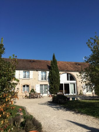 Le Clos du Tertre : The outside, view from Parking.