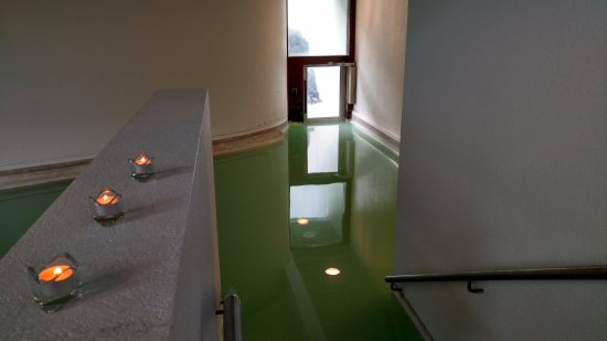 Grindavik, IJsland: The swimout lounge pool/spa area. There's a door in the water...cool.