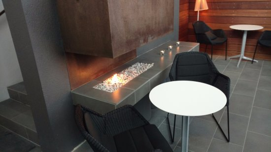 Grindavik, IJsland: Little fireplace feature in the lounge.