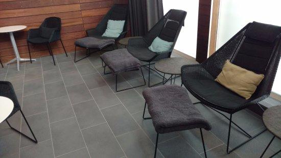 Grindavik, IJsland: Chairs with blankets.