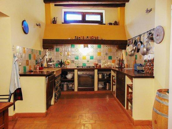la cucina con le piastrelle di Caltagirone tutte diverse - Foto di ...