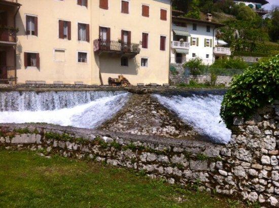 Polcenigo, Italia: La cascata delle acque .....
