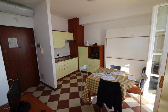 coin cuisine salle a manger lit disponible contre le mur bild von giada appartamenti per. Black Bedroom Furniture Sets. Home Design Ideas