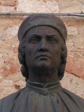 Casa Torre di Arnolfo di Cambio: busto di Arnolfo nella vicina piazzetta