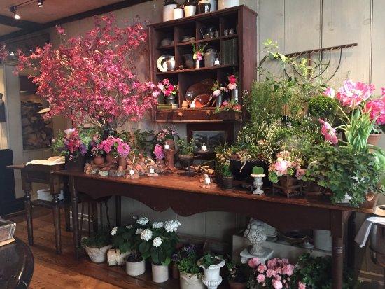 Gramercy Tavern: Bar area ...always tons of amazing fresh flowers!!