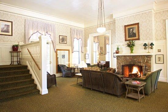 Wawona, CA: Big Trees Lodge - enjoy a drink by the fireplace.