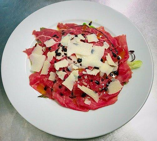 Dogana, San Marino: Carpaccio di manzo su insalata novella con grana ed aceto balsamico