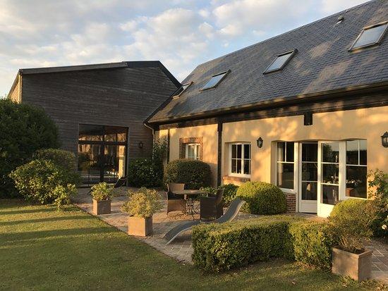 Neville, Francia: Sur la terrasse, devant la salle du petit déjeuner ... et la piscine