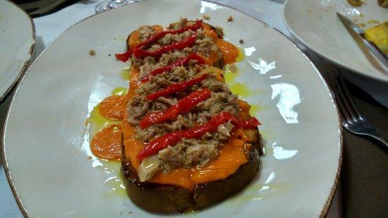 Santa Bárbara de Casa, España: Tosta de salmorejo con atun y pimientos
