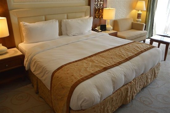 Il letto King-size - Picture of Al Bustan Palace, A Ritz-Carlton ...
