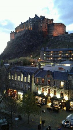 Apex Grassmarket Hotel: Night time view from our Castle View Room!!