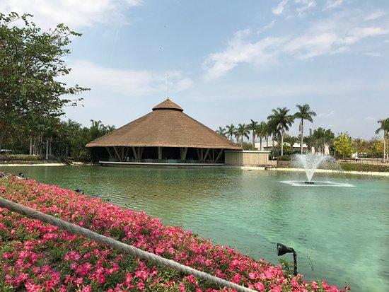 Cuenta con salon de eventos con vista a un lago picture for Jardines mexico