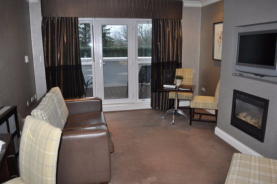 The Killarney Park Hotel: Fireplace/sitting area with large balcony off room