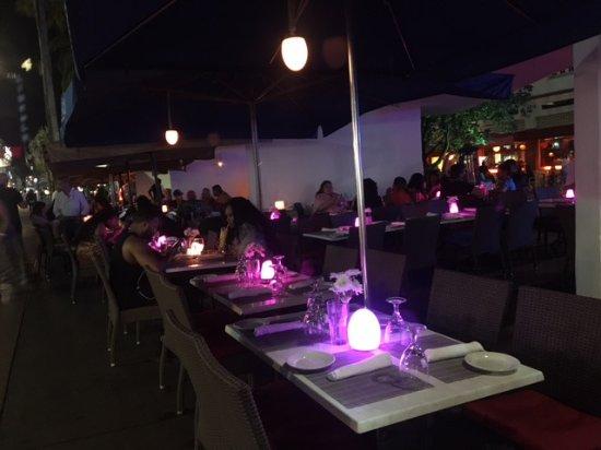 Aura Restaurant: Mesas sobre la vereda