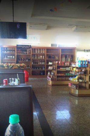Água Boa, MT: Foto interna da padaria/restaurante