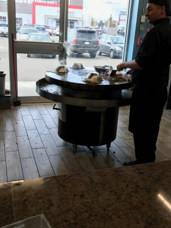 Prince George, Canadá: Watching as they skillfully cook, steam, and cook meats more than noodles or bean sprouts
