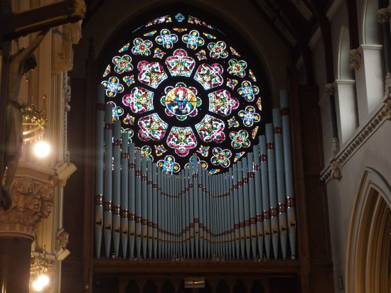 Drogheda, Irlanda: View of the stained glass rosette above the organ pipes