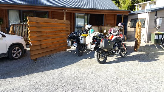 Fox Glacier Lodge: Front parking
