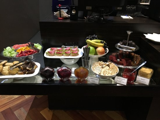Lastarria Boutique Hotel: Tea time buffet