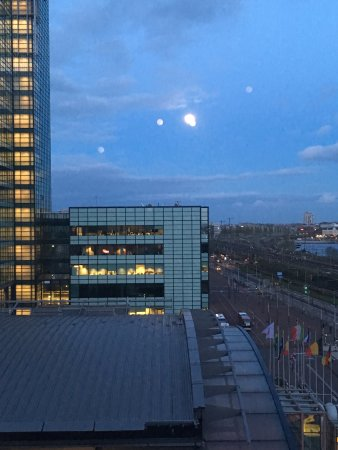 Movenpick Hotel Amsterdam City Center: Full moon from room. This is very close to cruise terminal.