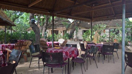 Maroua, แคเมอรูน: Terrasse extérieure située dans le jardin