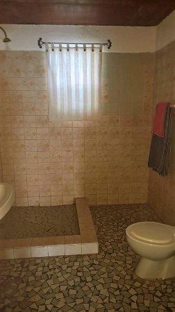 Maroua, แคเมอรูน: Salle de bain un peu surannée mais très propre