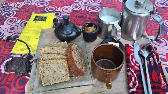 Maroua, แคเมอรูน: Le petit déjeuner avec du pain complet réalisé localement