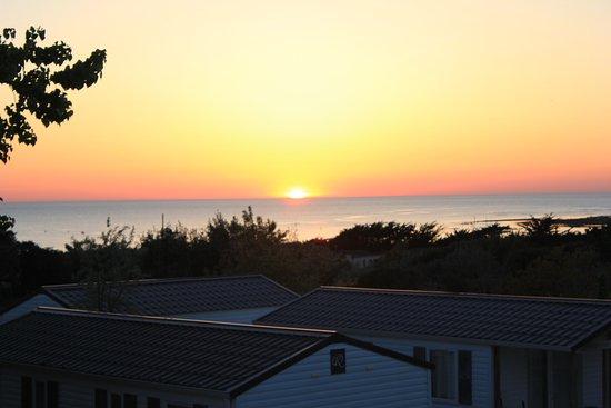 Camping L'Anse des Pins : chalet 3006, 21 heures mois d'avril, soleil couchant