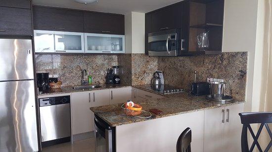 Ocean Two Resort & Residences: kitchen