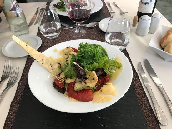 La Barrica: Entrada: ensalada de verdes, queso y verduras asadas