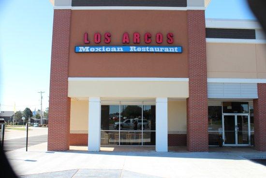Los Arcos: Very non-descript building in a strip mall along Route 66.