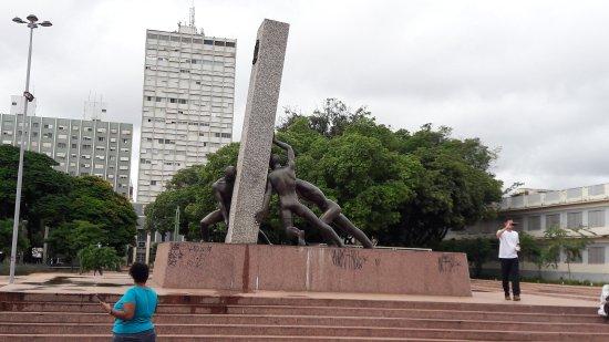 Monument to the 3 Races: Monumento às Três Raças