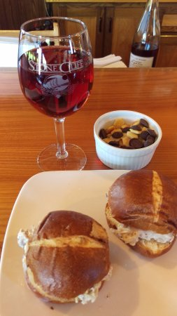 Stone Cliff Winery: sliders on pretzel buns with wine tasting snacks