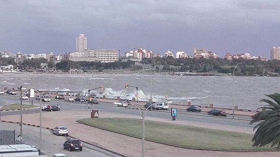 Ibis Montevideo: Rio da Prata batendo na orla (Rambla) em dia de vento forte
