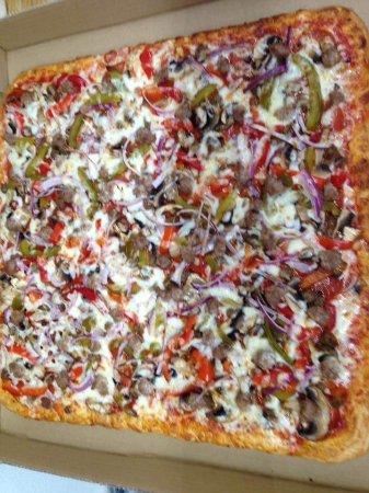 Delmar, MD : Pi Pizza: pepperoni, mushroom, onion, sweet pepper, hamburger, sausage