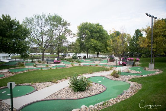 Huron, Dakota do Sul: Enjoy a warm summer day with the family playing mini golf!  PC:Craig Lee