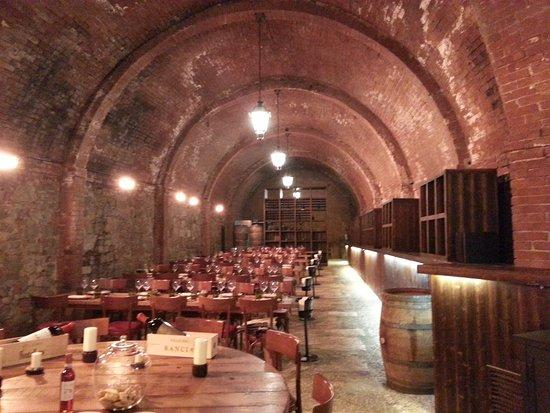 Castel Monastero: Ristorante la cantina e vista piazza con mappa