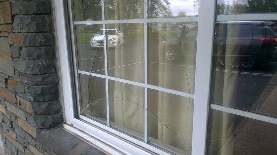 Castleton On Hudson, NY: Broken window glass in Room 17