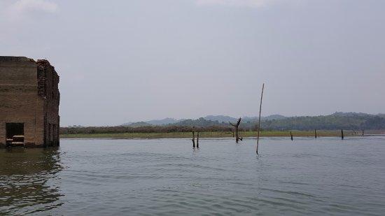 Sangkhla Buri, Thái Lan: 恐らくこの地域のことだと思います。この辺がダムに沈む前の町の中心地だったと船頭さんの説明がありました。