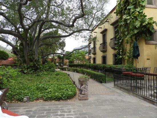 Hacienda De Los Santos: Main walkway