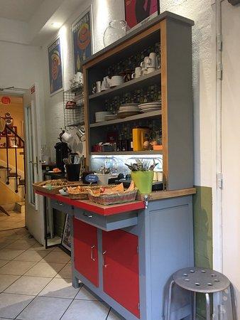Zazie Hotel: Sur le buffet, pains frais et viennoiseries, plusieurs sortes de thé,œufs, fromages et yaourts