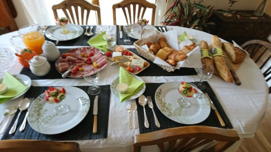 Conques-sur-Orbiel, Frankrike: Breakfast is a feast for the eyes as well as the taste buds.