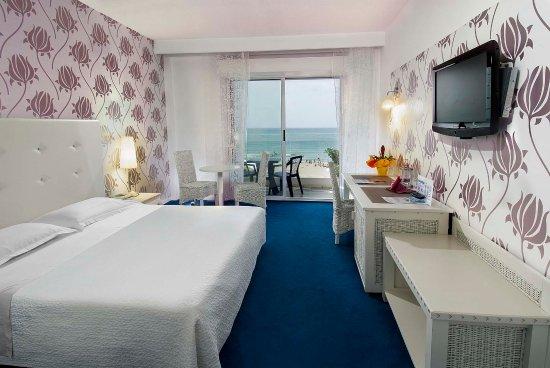 Hotel Mediterraneo: Camera matrimoniale  con balcone fronte mare