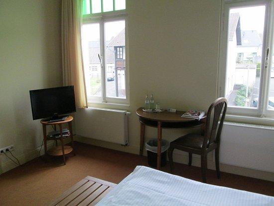 Lindlar, Tyskland: TV-Gerät, Sitzbereich mit 1 Stuhl, Kofferablage am Bett
