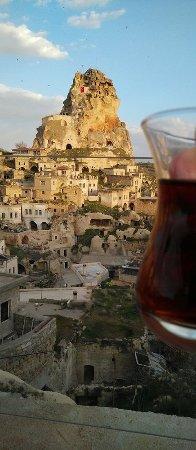 هيزين كيف هوتل: Having tea at the terrace of Hezen Cave