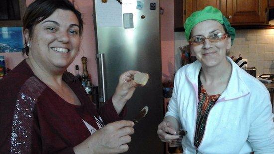 Agriturismo La Pellegrina: Valeria e Giovanna che preparano crostini