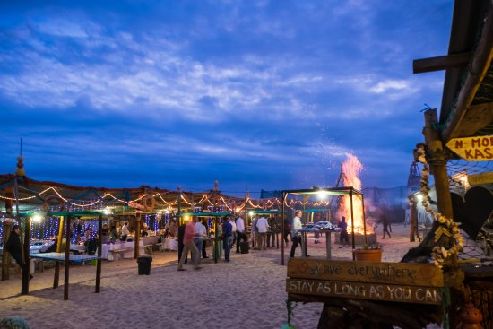 De Vette Mossel Groot Brak: A seafood-buffet experience with your toes in the sand, right next to the beach!