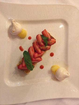 La Faisanderie : Fraises Gariguettes sur compotée de rhubarbe et biscuit aux amandes